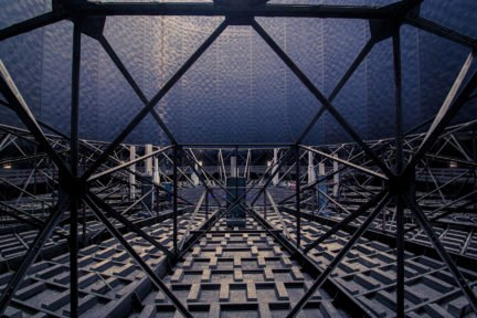 Stahlstruktur in einem leeren Gasbehälter eines Gaswerks