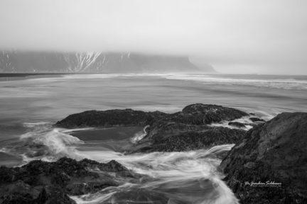 Anströmendes Meer in Island bei Stokksnes