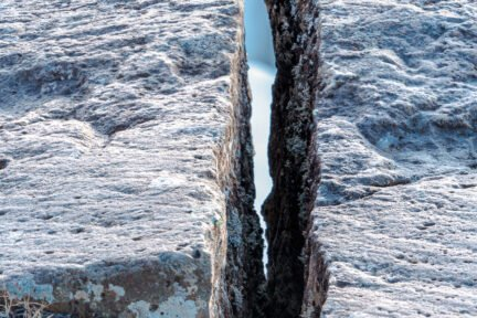 Ein Spalt zwischen zwei Felsbrocken
