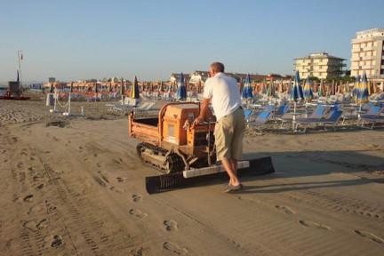 Strandkehrmaschine am Morgen