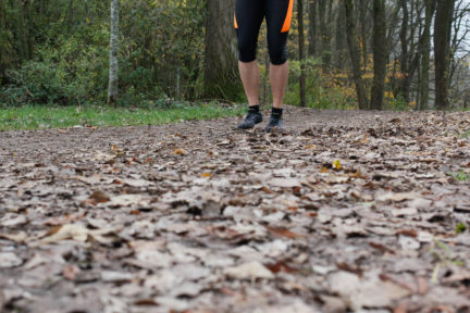 Jogger im Wald mit Fivefingers