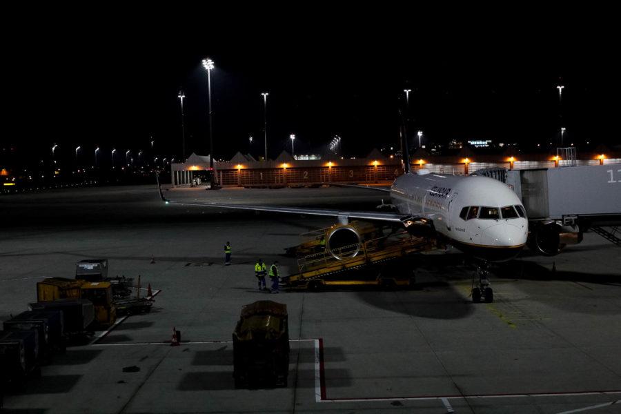 Flugzeug Airport Nacht