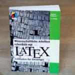 LaTeX-Buch stehend