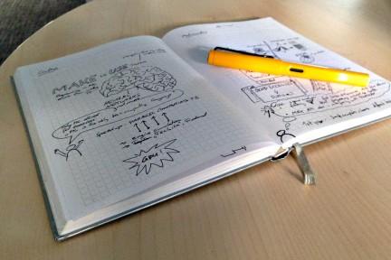 Notizbuch auf Tisch